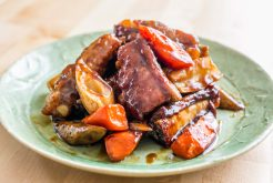 豚のスペアリブと根菜の黒酢炒め