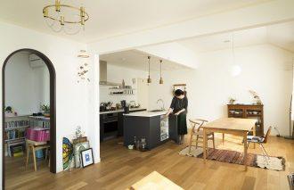 キッチン・食器棚の見せる収納アイデア 調理道具は上から見渡せるように|柳沢小実さん