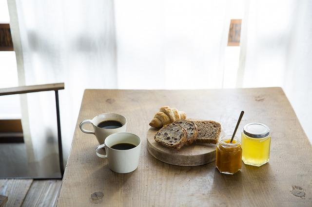 お気に入りのパンと淹れたてのコーヒーを並べて