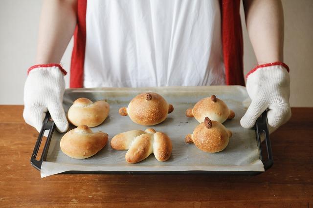 _焼きたてのパンを持つ星谷さん