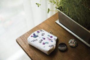 刺繍のブローチとポーチ