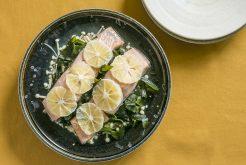 鮭とワカメのレモン蒸し