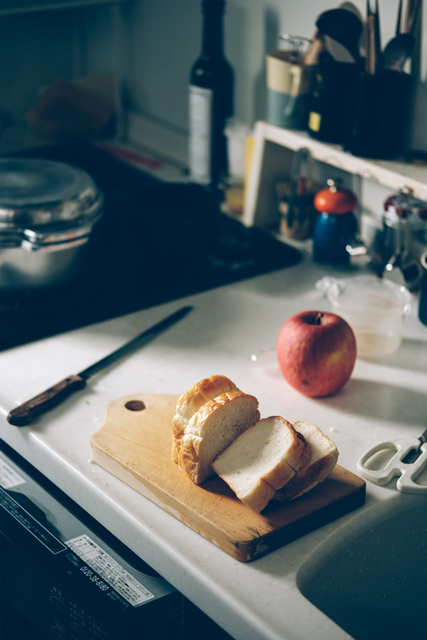 切ったパンと台所の写真