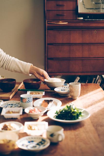 奥さんが料理を並べている写真