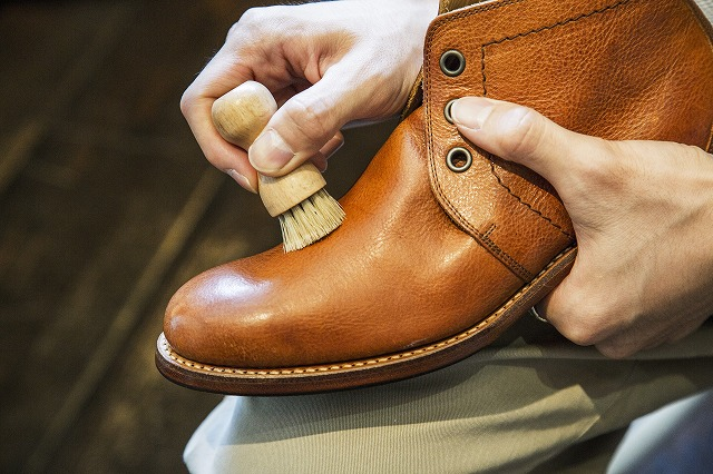 靴のシワの奥まで丁寧に塗りこむ