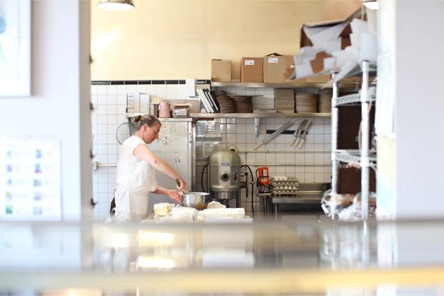 ミッション地区にあるベーカリーの厨房
