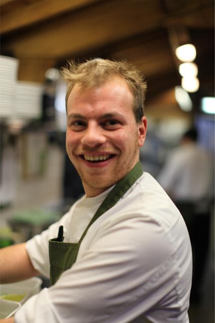 カフェスタッフの笑顔