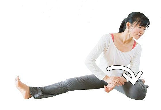 片足を外側に曲 げて座る。体重 をかけ手の平を 下から上に返す