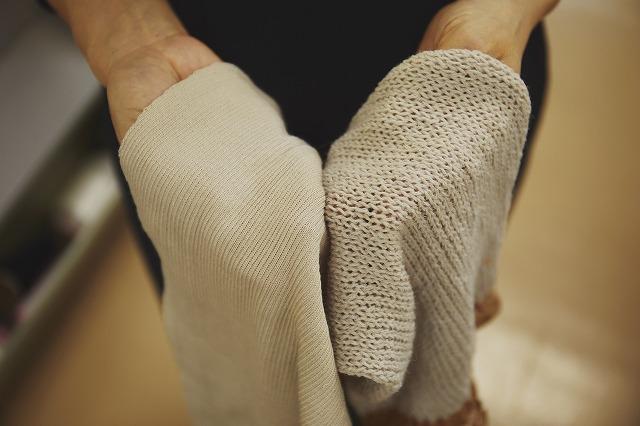 ニットを編む横編み機 編みあがり