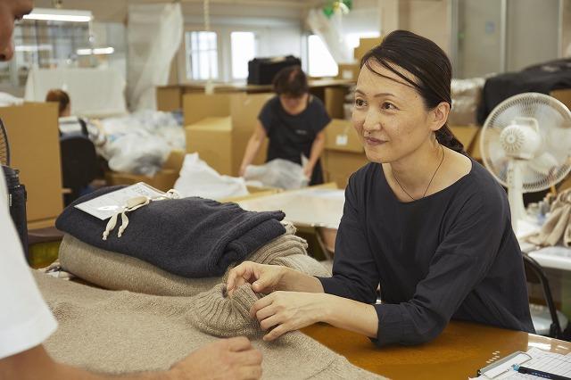 近藤ニットで働く女性