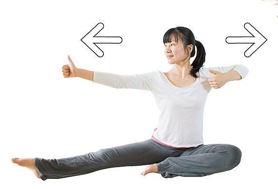 両腕を肩の高さで伸ばしながら息を吸い、親指を見て息を吐きながら腕を解放します。